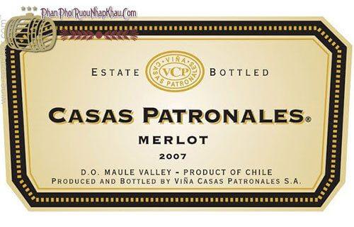 Nằm ở phía cực Nam châu Mỹ Latinh, Chile là một quốc gia có hình trái ớt, nơi đây cũng được mệnh danh là cái nôi của rượu vang thế giới mới. Với lịch sử trong nho sản xuất rượu vang lâu đời của mình kết hợp với thiên nhiên ưu đãi nên rượu vang Chile ngày càng khẳng định được chất lượng của mình trên thị trường thế giới. Một trong những thương hiệu nổi tiếng của vang Chile thời hiện tại chính là thương hiệu vang Casas Patronales mang đến nhiều hương vị đặc biệt cho người thưởng thức. Hôm nay chúng ta sẽ tìm về dòng rượu vang nổi tiếng này qua bài viết sau nhé. Rượu vang Chile Casas Patronales được làm từ rất nhiều giống nho khác nhau, mỗi loại lại đem đến cho chúng ta những trải nghiệm trong hương vị tuyệt hảo khác nhau. Vang Casas Patronales Camenere có màu đỏ đậm với mùi hương violet phảng phất đem đến cho chúng ta những hương vị của trái cây rừng, và hương vị trái cherry chủ đạo. Bạn sẽ cảm nhận được những hương vị của những loại trái cây chín đen, hương thuốc lá và chút cay nồng của mận đỏ chín mọng. Hậu vị dài và rất cân bằng tạo nên sự hài hòa khi thưởng thức rượu. Đặc điểm rượu vang Casas Patronales Carmenere Xuất xứ : Chile Dung tích: 750ml/ thùng 12 Độ cồn : 13.5% Màu vang: Vang đỏ Loại nho: Carmenere Vùng trồng nho: Maule Valley Vang Chile Casas Patronales Cabernet Sauvignon Carmenere là sự kết hợp của hai giống nho chất lượng trên thế giới, Cabernet Sauvignon 75% và Carmenere 25% đem đến cho chúng ta một loại rượu vang mang đặc tính khoáng sản đáng kinh ngạc. Rượu mang đến cho chúng ta những hương vị của anh đào đen và kết thúc với vị cay nồng hấp dẫn. Trong vòm miệng chúng ra sẽ cảm nhận được một sự kết hợp hoàn hảo của cấu trúc và độ mịn với ưu thế của trái cây đen, thuốc lá và vani và tất nhiên là độ tannin được cân bằng hoàn hảo. Rượu được ủ trong vòng sau tháng đầu tiên sau khi ép nước nho, sau đó được chuyển sang thùng gỗ sồi Mỹ và Pháp và tiếp tục ủ trong 3 tháng tiếp theo. Dòng rượu vang này rất thích hợp khi thưởng thức ở nhiệt độ 16-18 độ C và kế
